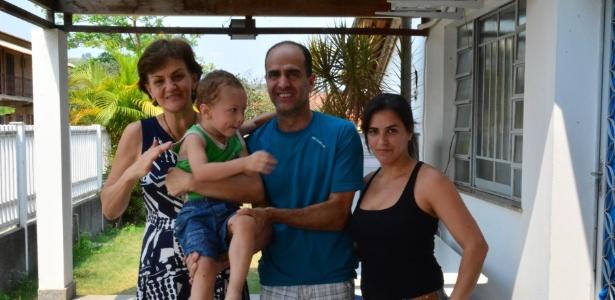 Berenice Piana, microempresária e ativista da causa do autismo, com o pequeno Fabiano e sua família, na Clínica-Escola de Itaboraí