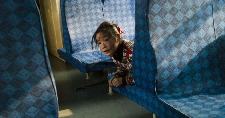 29.jan.2016 - Menina em trem saindo de Pequim. Autoridades chinesas esperam que 2,9 bilhões de viagens sejam realizadas para as comemoração do Ano-Novo chinês.
