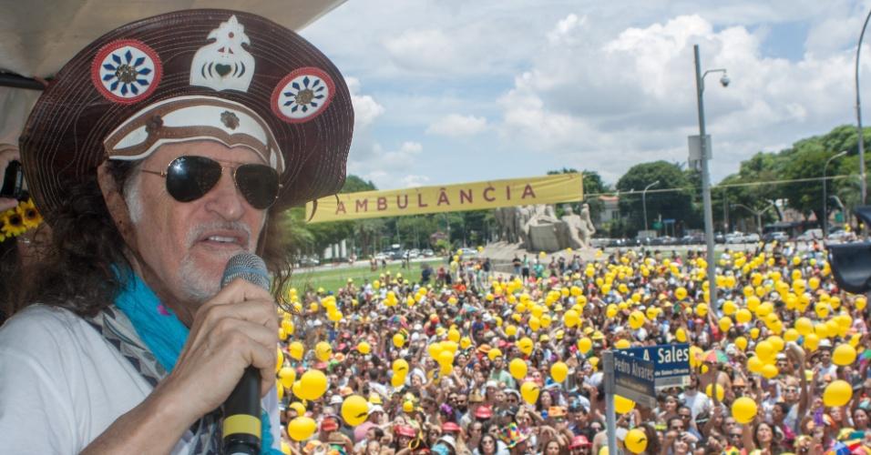 30.jan.2016 - Desfile do bloco Bicho Maluco Beleza, comandado pelo músico Alceu Valença, reúne foliões na zona sul de São Paulo, neste sábado (30)