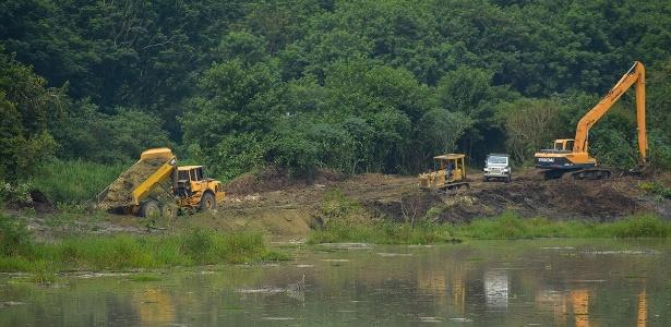 Trecho de lagoa de mineradora desativada em Jacareí, onde a barragem foi rompida