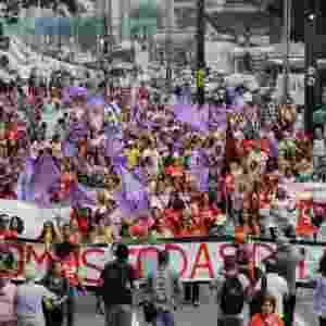 """8.mar.2016 - Mulheres fazem protesto na avenida Paulista, em São Paulo, no Dia Internacional da Mulher. Além da defesa do sexo feminino, há apoio ao PT e faixa com os dizeres """"somos todas Dilma"""". Manifestação tem concentração na frente do Masp e fecha o sentido Consolação da via - Nelson Antoine/Framephoto/Estadão Conteúdo"""