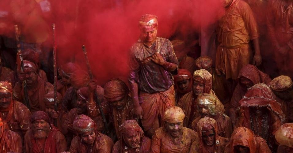 18.mar.2016 - Devotos hindus participam do Holi, também conhecido como o festival das cores, no templo Nandgaon, na Índia. O evento celebra a chegada da primavera do hemisfério Norte