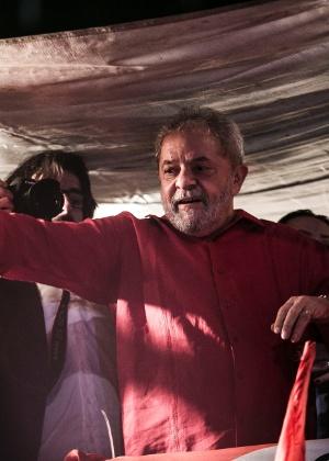 Lula fala durante manifestação na avenida Paulista a favor do governo Dilma Rousseff, na sexta-feira (18), em São Paulo