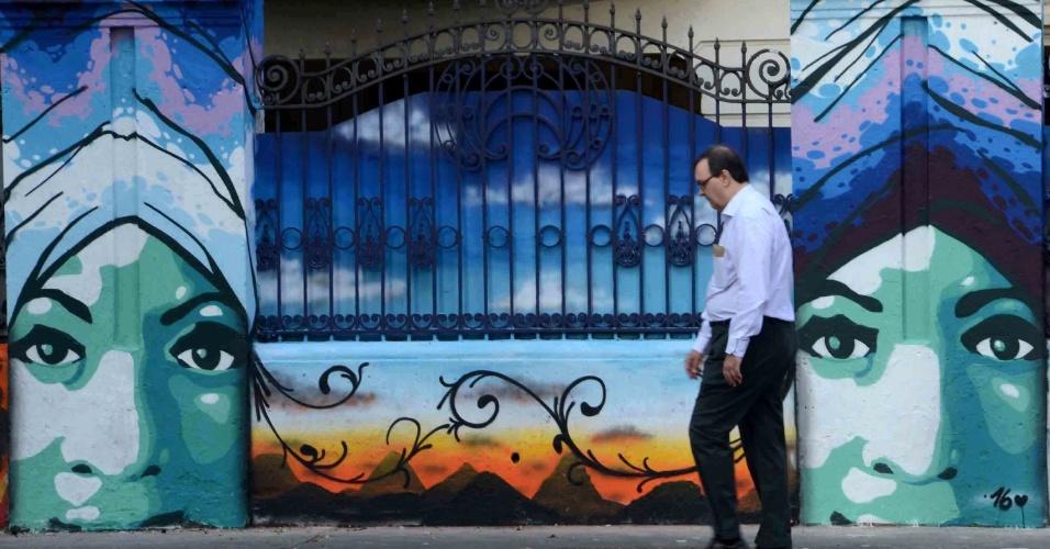"""11.abr.2016 - Um grupo de seis grafiteiros revitalizou o muro de casarão da avenida Paulista, ícone arquitetônico do século passado. Idealizado pelo artista D'Xavier, a iniciativa é do projeto """"Primeiros Passos"""" e tem a intenção de colorir o cinza da cidade"""