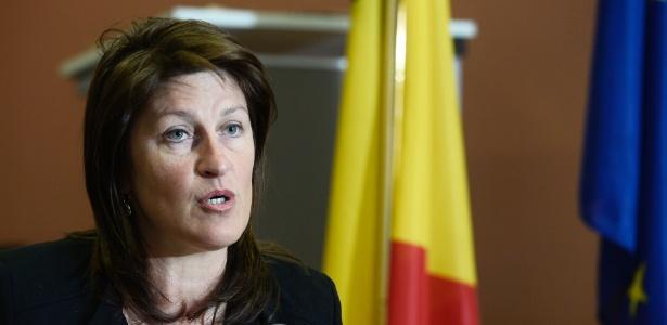 A ministra belga dos Transportes, Jacqueline Galant, anuncia sua renúncia em entrevista em Bruxelas