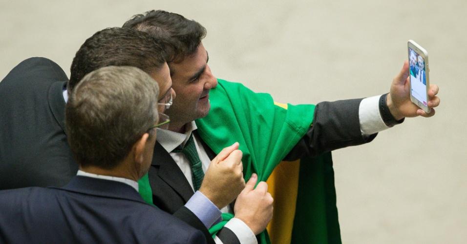 16.abr.2016 - Deputados fazem 'selfie' no plenário da Câmara, em Brasília, durante sessão que discute a admissibilidade do processo de impeachment da presidente Dilma Rousseff