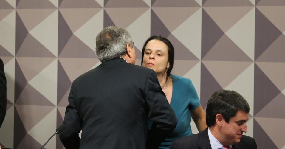 28.abr.2016 - A jurista Janaína Paschoal, uma dos autores do processo de impeachment contra a presidente Dilma Rousseff, cumprimenta o presidente da comissão especial de impeachment do Senado, Raimundo Lira (PMDB-PB)