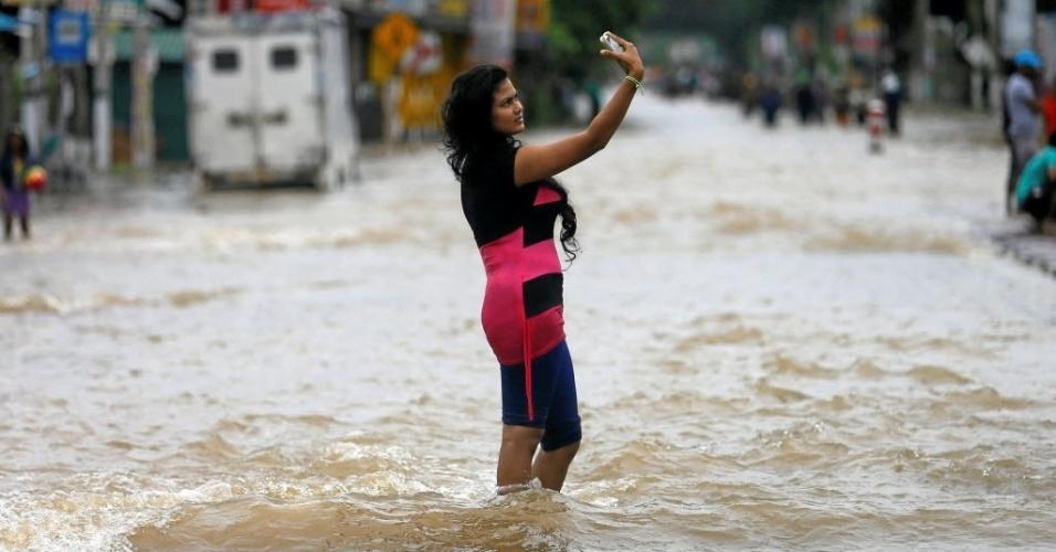 17.mai.2016 - Mulher faz selfie em rua alagada em Biyagama, Sri Lanka. As fortes chuvas que atingem o país já deixaram 11 mortos nos últimos dois dias