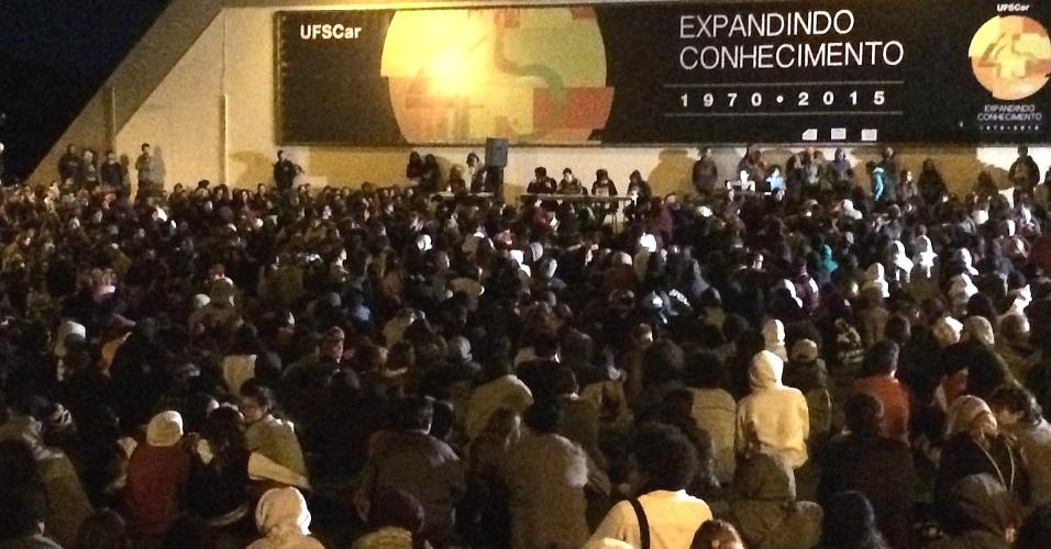 23.mai.2016 - Estudantes, docentes e funcionários da UFSCar (Universidade Federal de São Carlos) fazem assembleia no campus de São Carlos, no interior de São Paulo, para decidir se mantêm a paralisação das atividades da instituição. A interrupção teve início há três dias e é um protesto contra o governo interino de Michel Temer