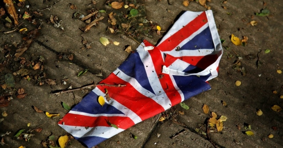 24.jun.2016 - Uma bandeira britânica, que foi arrastada por fortes chuvas é vista no chão de Londres, na Inglaterra. O premiê britânico David Cameron anunciou sua renúncia, após o resultado do plebiscito histórico de quinta-feira, em que 52% contra 48% eleitores aprovaram a saída do Reino Unido da União Europeia (UE)