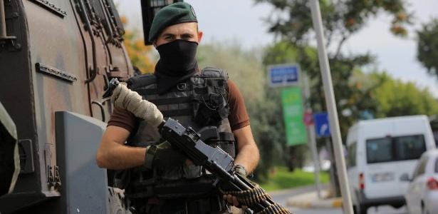 18.jul.2016 - Membro das forças especiais da polícia fica de guarda em frente à Academia da Força Aérea em Istambul