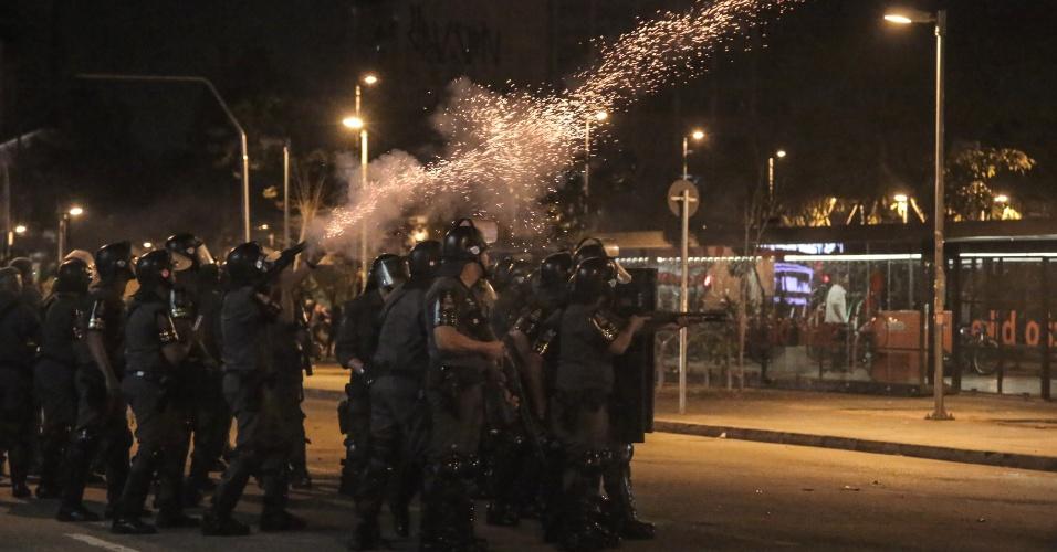 Policiais militares da Tropa de Choque tentam dispersar manifestantes no entorno do Largo da Batata, em Pinheiros, em São Paulo, durante ato contra o presidente Michel Temer