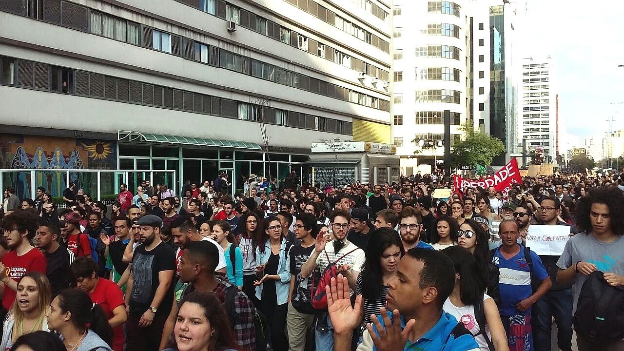 7.set.2016 - Manifestantes contrários ao governo do presidente Michel Temer  chegam à 2fce6c6f0c570