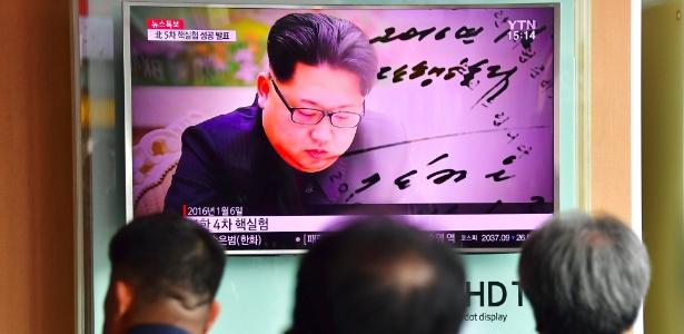 """Teste nuclear na Coreia do Norte, comandanda por Kim Jong-un (na tela da TV), foi criticado pela comundidade internacional; a Coreia do Sul diz que ato revela """"imprudência maníaca"""" do vizinho"""