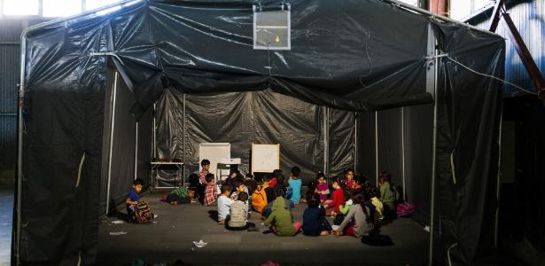 Crianças têm aulas em campo para refugiados temporário, em Oraiokastro, Grécia
