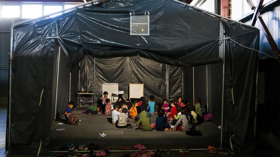 19.set.2016 - Crianças têm aulas em campo para refugiados temporário, em Oraiokastro, Grécia - Angelos Tzortzinis/The New York Times
