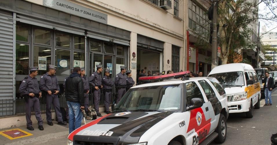 1º.out.2016 - Movimentação na 1ª Zona Eleitoral de São Paulo, na região central da cidade, para a distribuição das urnas eletrônicas que serão usadas no domingo (2)