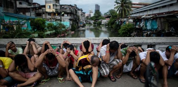 Suspeitos são detidos durante operação de combate às drogas em comunidade em Manila