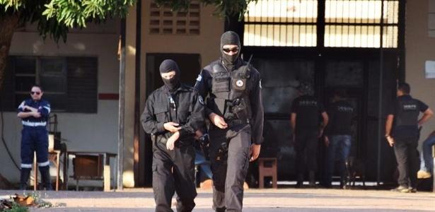 Policiais saem do Penitenciária Agrícola de Monte Cristo, em Boa Vista, um dia após uma rebelião que teria sido provocada pela disputa entre facções criminosas rivais