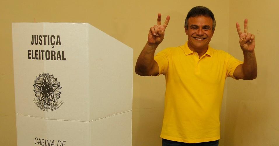 30.out.2016 - O atual prefeito de Belém (PA) e candidato à reeleição, Zenaldo Coutinho (PSDB), vota na Escola José Veríssimo, na capital paraense, na manhã deste domingo (30)