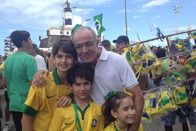 """13.dez.2016 - O deputado federal José Carlos Aleluia (DEM) em ato no Farol da Barra, em Salvador, em 16 de agosto de 2015. Apelidado de """"Missa"""", ele é suspeito de receber 300.000 reais não declarados da Odebrecht"""