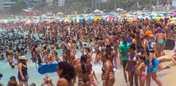 Em mais um dia de forte calor, a praia de Ipanema ficou lotada. A sensação térmica na cidade chegou a 47,7ºC no início da tarde, em Guaratiba - Ellan Lustosa/Estadão Conteúdo