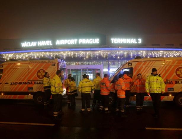 Equipes de resgate em frente aeroporto de Praga, após aterrissagem de emergência