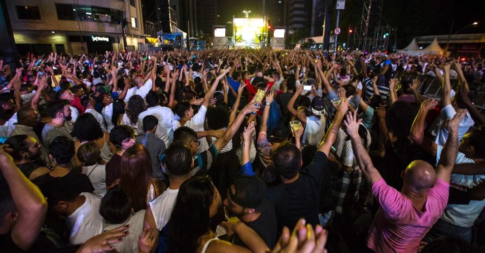 31.dez.2016 - Público comparece para o show da virada na Avenida Paulista, em São Paulo, e canta com Daniela Mercury
