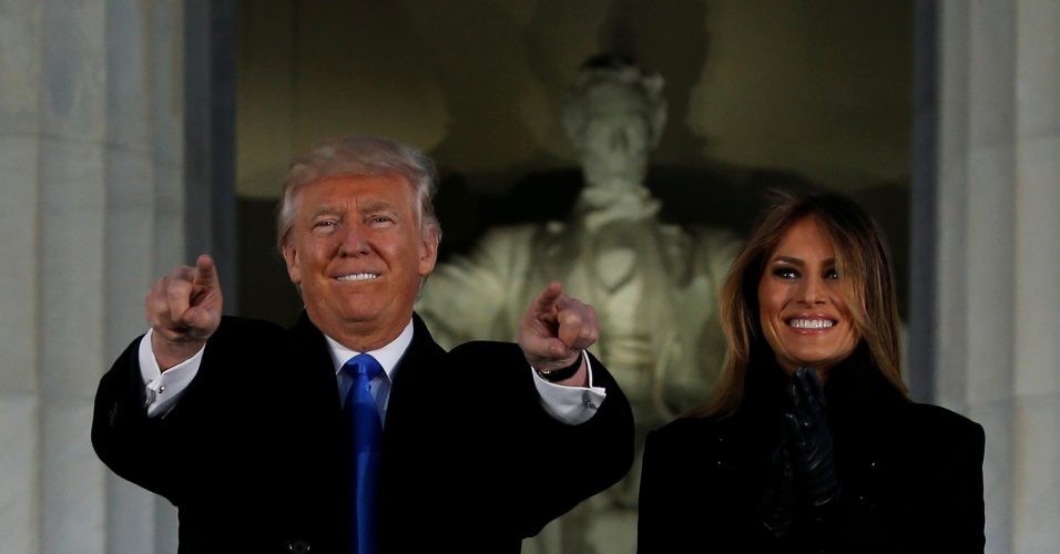 Donald e Melania Trump diante do monumento ao presidente Abraham Lincoln