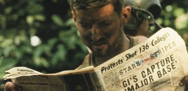 Soldado americano lê as notícias durante a campanha no Camboja