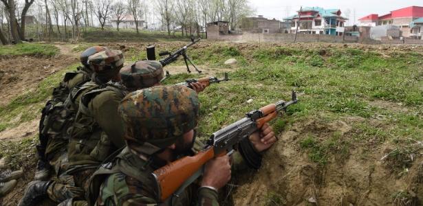 28.mar.2017 - Soldados do Exército da Índia se posicionam durante batalha com rebeldes em Srinagar, na Caxemira, na fronteira com o Paquistão