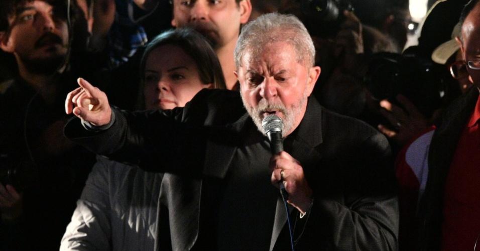 20.jul.2017 - Ex-presidente Luiz Inácio Lula da Silva (PT) discursa na avenida Paulista, em São Paulo, em ato organizado pelo partido e por movimentos sociais em apoio ao petista