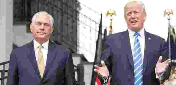 Donald Trump discursa ao lado do então secretário de Estado, Rex Tillerson, no ano passado - JIM WATSON/AFP