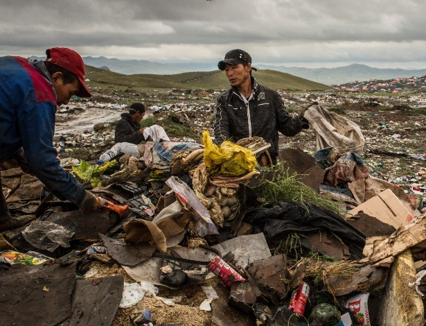 Homens buscam materiais reutilizáveis em um lixão nos subúrbios de Ulan Bator, na Mongólia