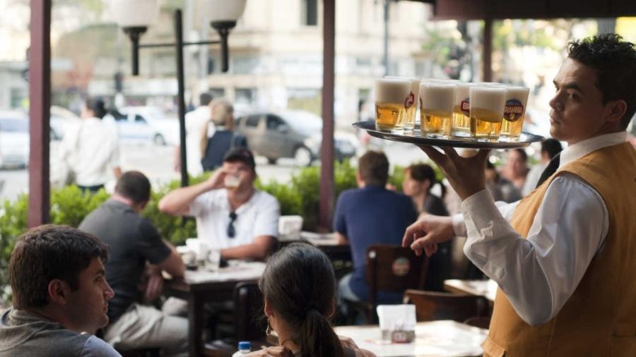 Garçom trabalha no Bar Brahma, na esquina das avenidas Ipiranga e São João - Mateus Bruxel/Folhapress