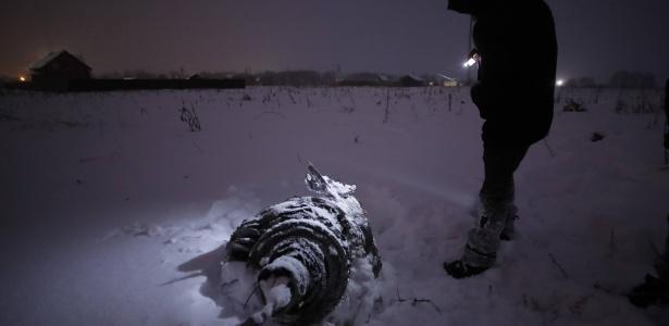 Destroços do avião da companhia Saratov Airlines que caiu na região de Moscou no domingo (11)