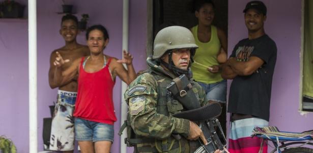 20.fev.2018 - Ação militar na favela Kelson's, na zona norte do Rio de Janeiro