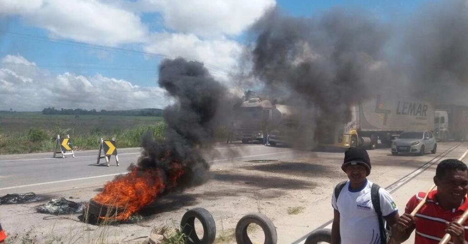 Movimentos sociais fecharam a BR 101, em Teotônio vilela, Alagoas. A Polícia Rodoviária Federal tenta negociar a liberação da pista