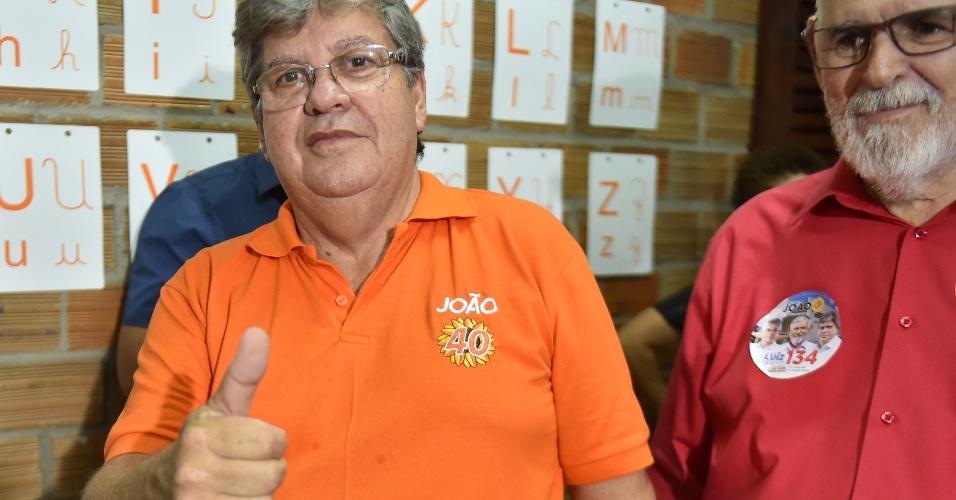 O candidato do PSB ao governo da Paraíba, João Azevedo, vota no Colégio Primeiro Mundo, no bairro de Manaíra, em João Pessoa