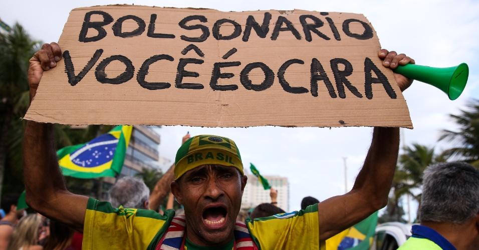 Eleitores de Jair Bolsonaro (PSL) fazem festa em frente ao condomínio onde o candidato mora, na Barra da Tijuca, no Rio. A rua foi fechada e centenas de manifestantes declaram seu apoio à Bolsonaro