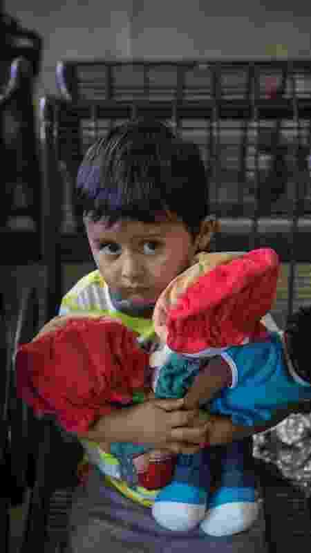 """Adan Galicia Lopez, 3 anos, reencontrou a mãe em Phoenix, em julho, depois de quatro meses de separação. Sob a política da """"tolerância zero"""" de policiamento fronteiriço do governo Trump, milhares de crianças foram enviadas para centros de detenção muitas vezes localizados a milhares de quilômetros do local onde os pais estavam sendo processados criminalmente - Victor J. Blue/The New York Times - Victor J. Blue/The New York Times"""