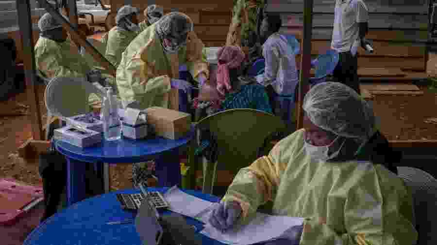 Equipe administra a vacina contra o ebola aos moradores do distrito de Kanyihunga, na República Democrática do Congo - Diana Zeyneb Alhindawi/The New York Times