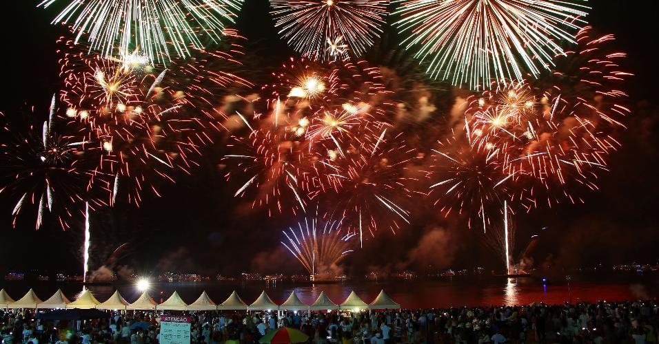 1º.jan.2019 - Fogos de artifício iluminam o céu da praia da Ponta Negra em Manaus (AM), na madrugada desta terça-feira (01), durante a celebração da chegada de 2019