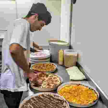 Funcionário prepara pizzas na Tá na Hora Pizza 10 - Divulgação - Divulgação