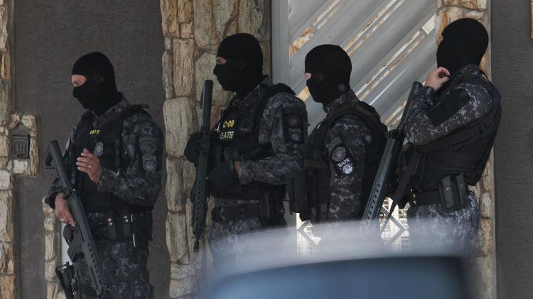 Policiais do Gate em frente à casa onde criminoso fez mulher e bebê refém, em Campinas (SP) - Luciano Claudino/Código 19/Estadão Conteúdo