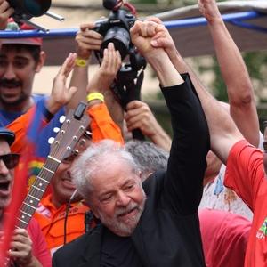 https://conteudo.imguol.com.br/c/noticias/1a/2019/11/09/9nov2019---ex-presidente-lula-se-dirige-a-apoiadores-em-sao-bernardo-do-campo-sp-1573322866770_v2_300x300.jpg