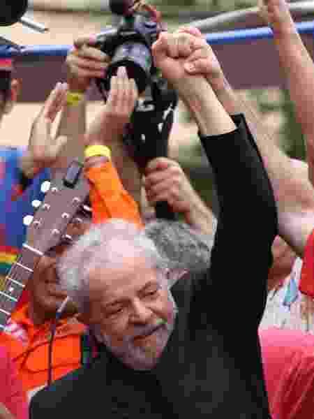 Ex-presidente Lula se dirige a apoiadores em São Bernardo do Campo (SP) um dia após deixar a prisão em Curitiba - Thiago Bernardes/FramePhoto/Estadão Conteúdo