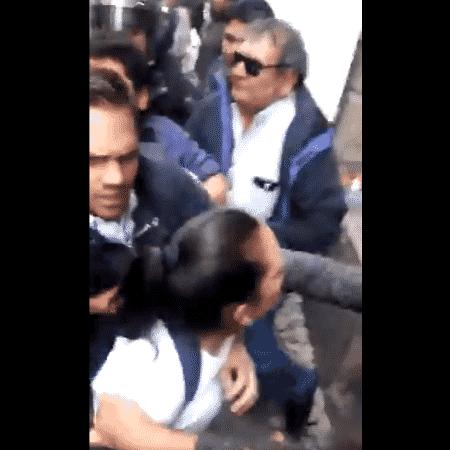 Vídeo mostra Adriana Salvatierra tentando passar pelos oficiais e sendo, de forma truculenta, empurrada para trás - Reprodução/Twitter