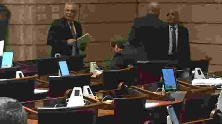 5.dez.2019 - Vereador Carlos Bolsonaro observa o celular durante sessão no plenário da Câmara Municipal do Rio - Herculano Barreto Filho/UOL