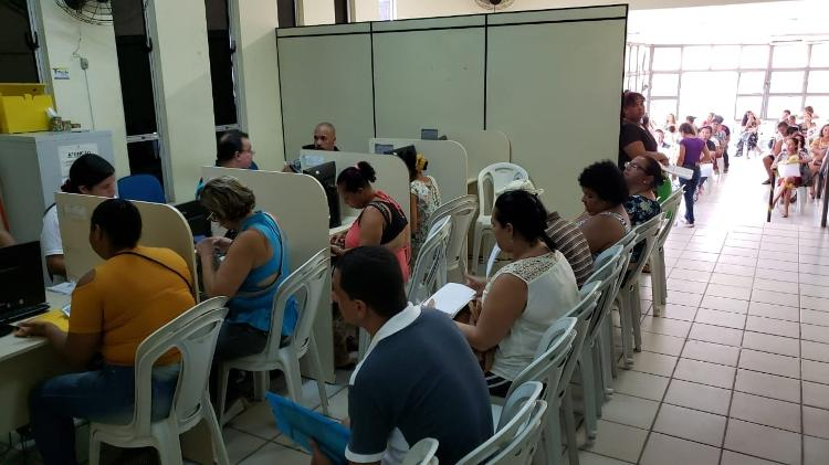 Setor de informações da sede do CadÚnico em Maceió lotado de usuários em busca de informações do Bolsa Família - Carlos Madeiro/Colaboração para o UOL